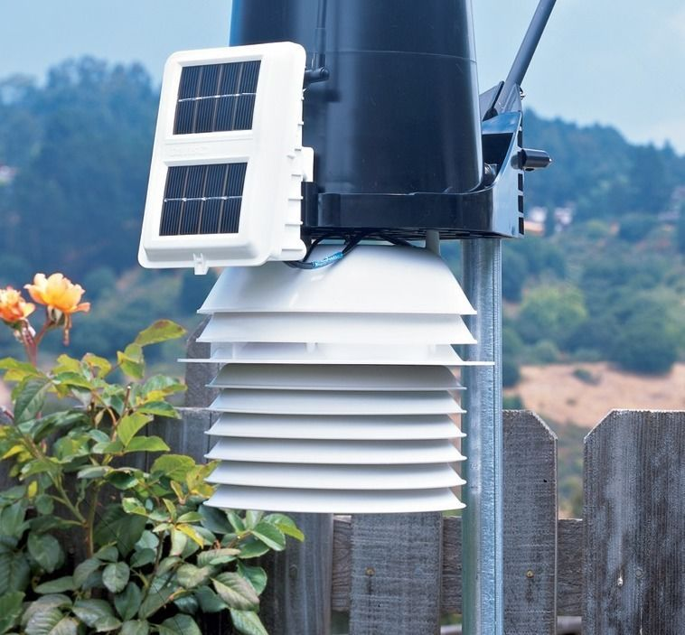 Davis Vantage Pro2 home weather station with a fan aspirated radiation shield