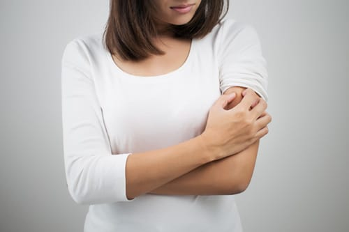 Dry and itchy skin is a symptom of dry air at home